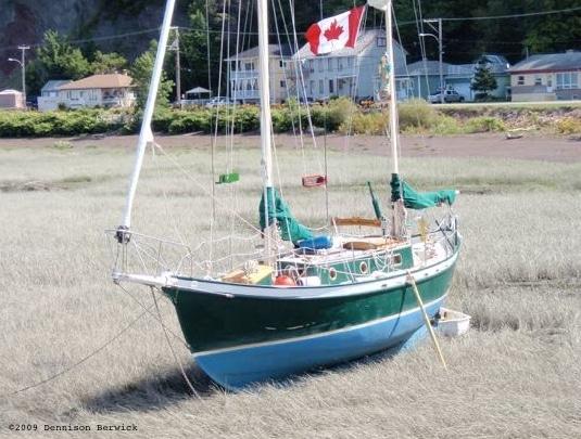 SV Kuan Yin in grass bay, 퀘벡